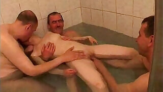 Bathtime with daddy and friends - 20:00