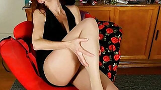 American moms Betty and Sable take care of their pussy - 12:00
