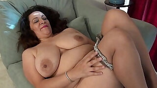 American milf Nicolette Parsons rubs her hungry cunt - 6:00