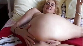 Cougar fucks her pussy and ass - 5:00